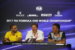 Cyril Abiteboul, directeur général Renault Sport F1, Zak Brown, directeur exécutif du McLaren Technology Group et Mario Isola, directeur de la compétition de Pirelli, lors de la conférence de presse