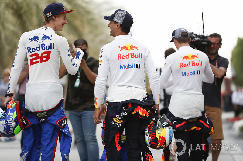 Daniel Ricciardo, Red Bull Racing, and Brendon Hartley, Toro Rosso, in conversation