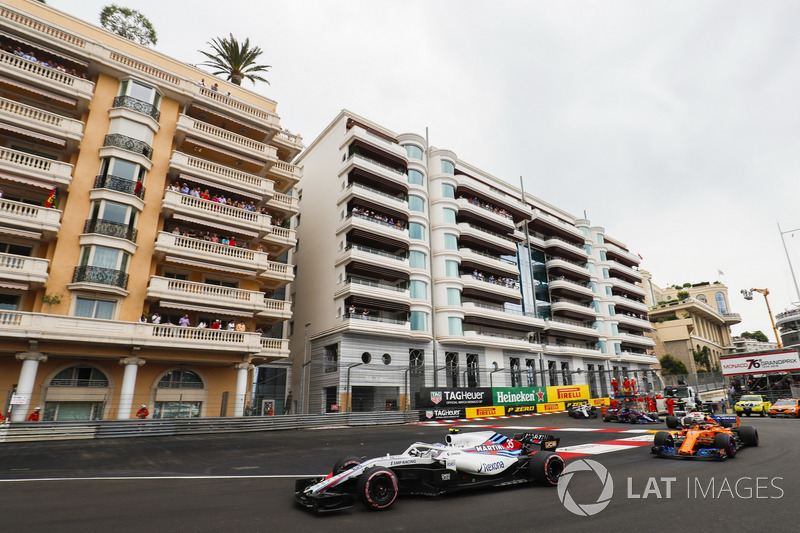 Sergey Sirotkin, Williams FW41, leads Stoffel Vandoorne, McLaren MCL33, Charles Leclerc, Sauber C37, Brendon Hartley, Toro Rosso STR13, and the remainder of the field at the start