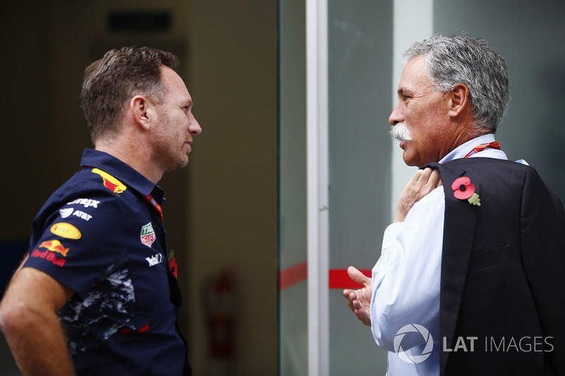 Chase Carey, Presidente Formula One habla con Christian Horner, director de Red Bull Racing
