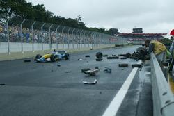 Jarno Trulli, Renault Renault F1 Team R23, supera i resti delle monoposto incidentate
