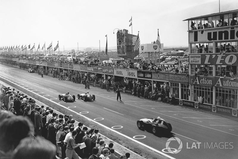 Juan Manuel Fangio, Maserati 250F, devant Stirling Moss, Vanwall VW10