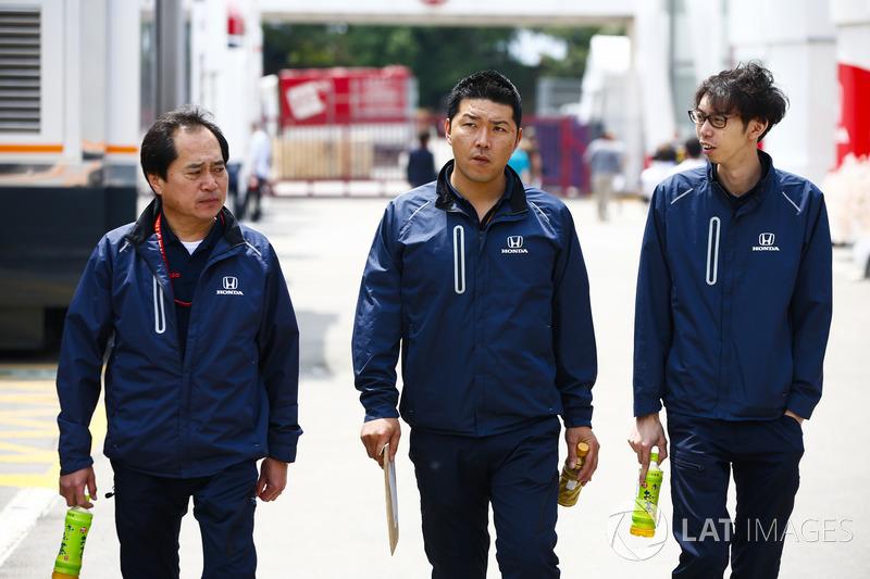 Toyoharu Tanabe, director técnico de F1 de Honda, llega al paddock con sus colegas