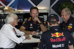Берни Экклстоун, руководитель Red Bull Racing Кристиан Хорнер, гонщик Макс Ферстаппен и спортивный консультанат Red Bull Хельмут Марко