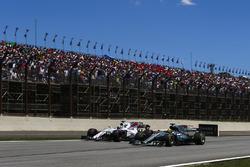 Льюис Хэмилтон, Mercedes AMG F1 W08, и Фелипе Масса, Williams FW40