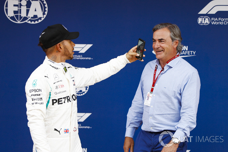 Lewis Hamilton, Mercedes AMG F1, celebra su pole position con Carlos Sainz