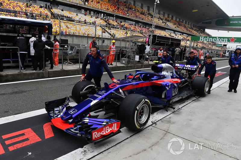 Scuderia Toro Rosso mechanics with Scuderia Toro Rosso STR13 in pit lane