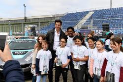 Директор Mercedes AMG F1 Тото Вольф и девочки из программы Dare to be Different