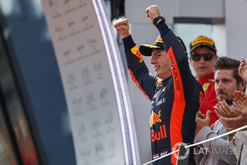 Max Verstappen, Red Bull Racing, 1° classificato, arriva sul podio