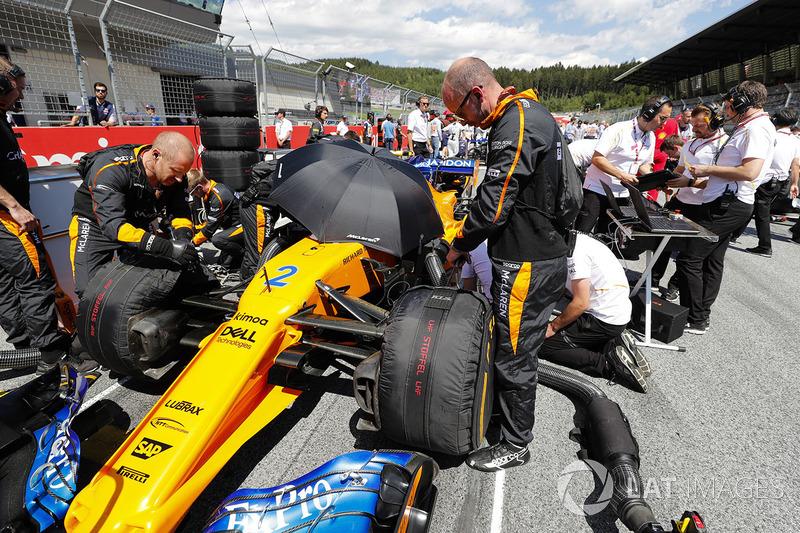 Engineers on the grid with Stoffel Vandoorne, McLaren MCL33