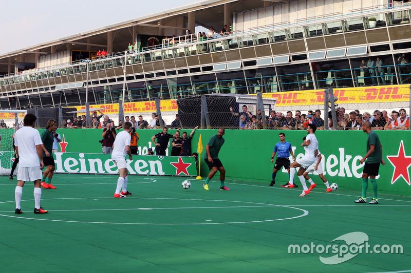Un partido de futbol a beneficio en la recta de meta y salida