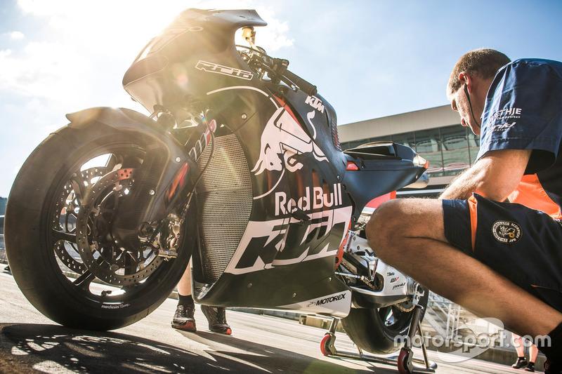 Mechanic of Mika Kallio, KTM RC 16