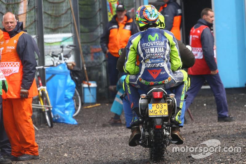Valentino Rossi, Yamaha Factory Racing kazadan sonra scooter'ın arkasında