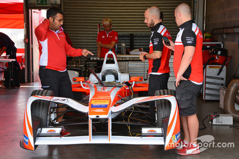 Area garage della Mahindra Racing