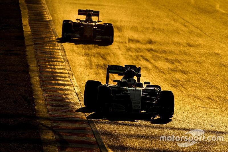 Lewis Hamilton, Mercedes AMG F1 W07, Kimi Raikkonen, Ferrari SF16-H