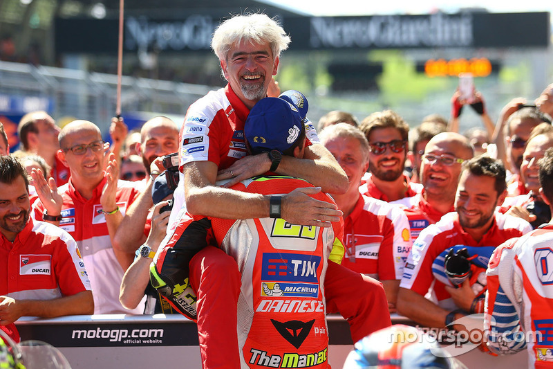 Переможець гонки Андреа Янноне, Ducati Team та Джіджі Далл'Інья, керівник Ducati Team
