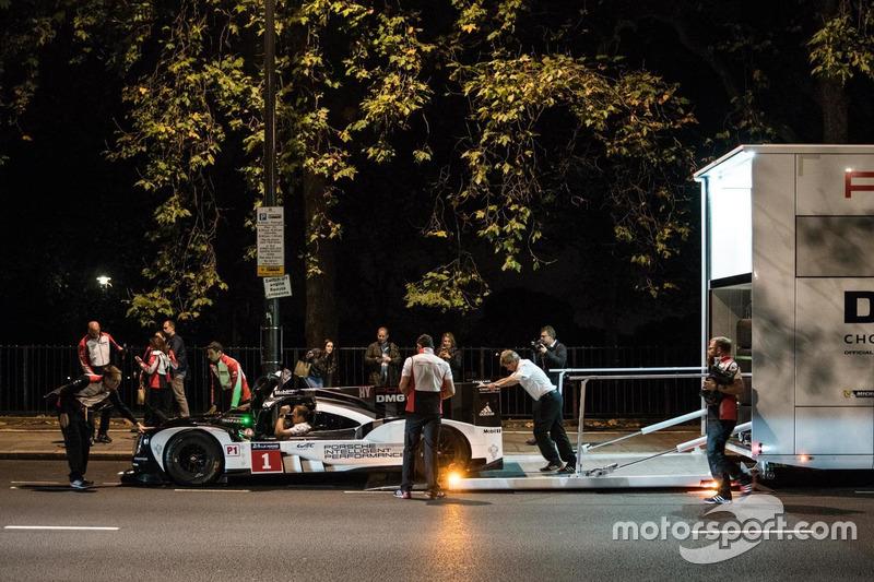 Merk Webber im Porsche 919 Hybrid LMP1 in London