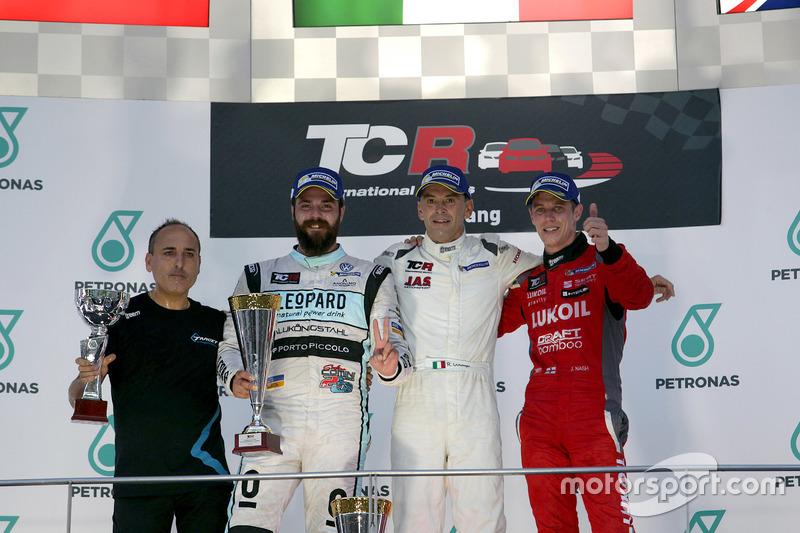 Podium: Winnaar Roberto Colciago, Target Competition, Honda Civic TCR; tweede Stefano Comini, Leopard Racing, Volkswagen Golf GTI TCR; derde James Nash, Team Craft-Bamboo, SEAT León TCR