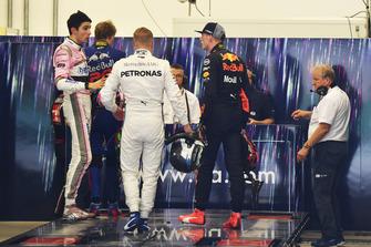 Max Verstappen, Red Bull Racing y Esteban Ocon, Racing Point Force India se reclaman después de la carrera tras su accidente en pista