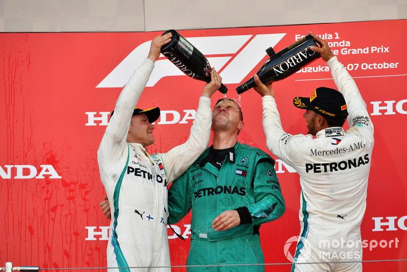Гонщики Mercedes AMG F1 Льюис Хэмилтон и Валттери Боттас, старший механик команды Мэтт Дин