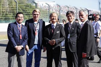 Takahiro Hachigo, Director Ejecutivo, Honda Motor Co, dos veces campeón del mundo Mika Hakkinen, ejecutivos de Honda y Chase Carey, Presidente de Fórmula Uno, en la parrilla