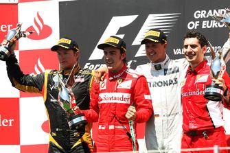 Podio: segundo lugar Kimi Raikkonen, Lotus F1, ganador Fernando Alonso, Ferrari, tercero Michael Schumacher, Mercedes AMG F1 y Andrea Stella, ingeniero de Ferrari