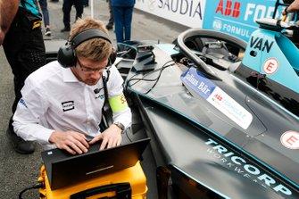 Les ingénieurs font les dernières vérifications sur la voiture de Stoffel Vandoorne, HWA Racelab, VFE-05