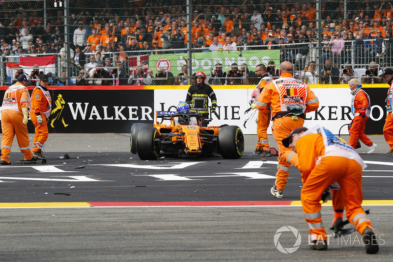 Fernando Alonso, McLaren MCL33, retires in an accident at the first corner