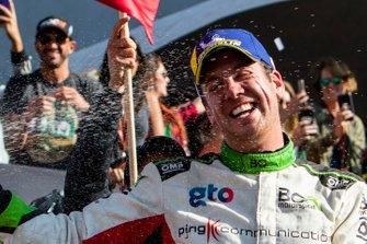 El ganador, Benito Guerra, celebra