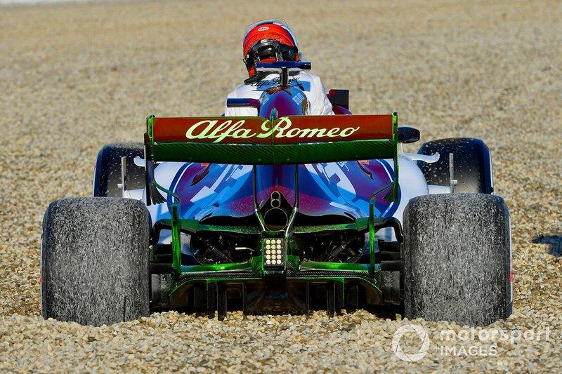Kimi Raikkonen, Alfa Romeo Racing C38, va in testacoda e finisce nella sabbia, nella mattinata di apertura dei test