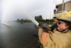 Los bomberos mojan a los participantes de la carrera