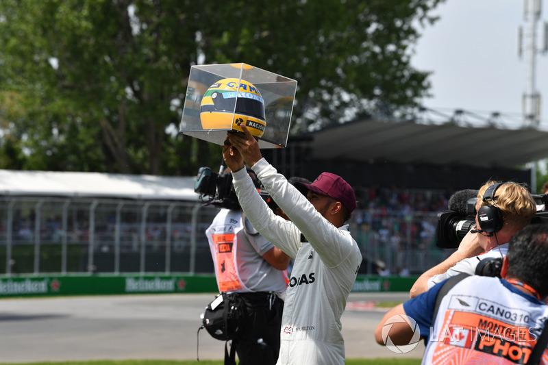 Завоевавший поул гонщик Mercedes AMG F1 Льюис Хэмилтон со шлемом Айртона Сенны