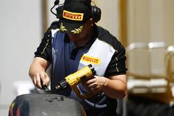 Un ingegnere Pirelli lavora su alcuni pneumatici Super Soft