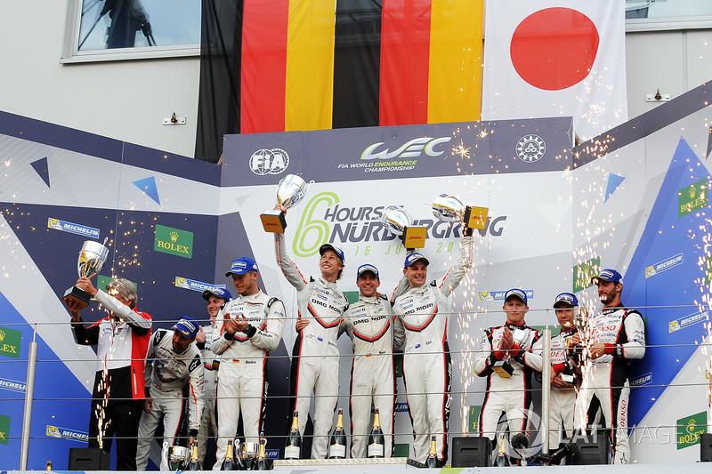 LMP1 Podio: ganadores de la carrera Timo Bernhard, Earl Bamber, Brendon Hartley, Porsche Team, segundo lugar Neel Jani, Andre Lotterer, Nick Tandy, Porsche Team, tercer lugar Mike Conway, Kamui Kobayashi, Jose Maria Lopez, Toyota Gazoo Racing