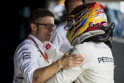 Гоночный инженер Mercedes AMG F1 Питер Боннингтон поздравляет Льюиса Хэмилтона с победой