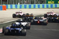 Esteban Ocon, Sahara Force India F1 VJM10, sort large en se battant avec Sergio Perez, Sahara Force India F1 VJM10. Jolyon Palmer, Renault Sport F1 Team RS17, et Nico Hulkenberg, Renault Sport F1 Team RS17