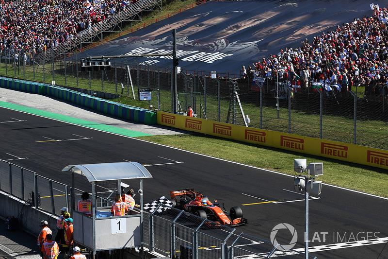 Fernando Alonso, McLaren MCL32 toma la bandera a cuadros para el 6 º lugar