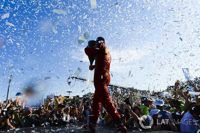 Минувший чемпионат Формулы Е продлился с октября по июль. Новый сезон начнется позже – первый этап на трассе в Гонконге запланирован на начало декабря этого года; последний пройдет также в Монреале в конце июля 2018-го.
