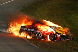 Martin Truex Jr., Furniture Row Racing Toyota, choque