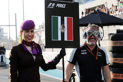 Sahara Force India F1 Team mecánico con una chica de la parrilla