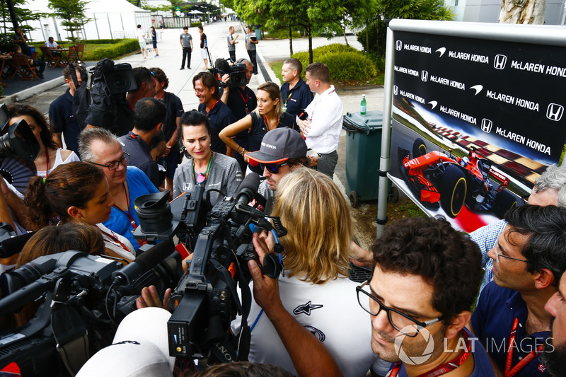 Fernando Alonso, McLaren talking to the press