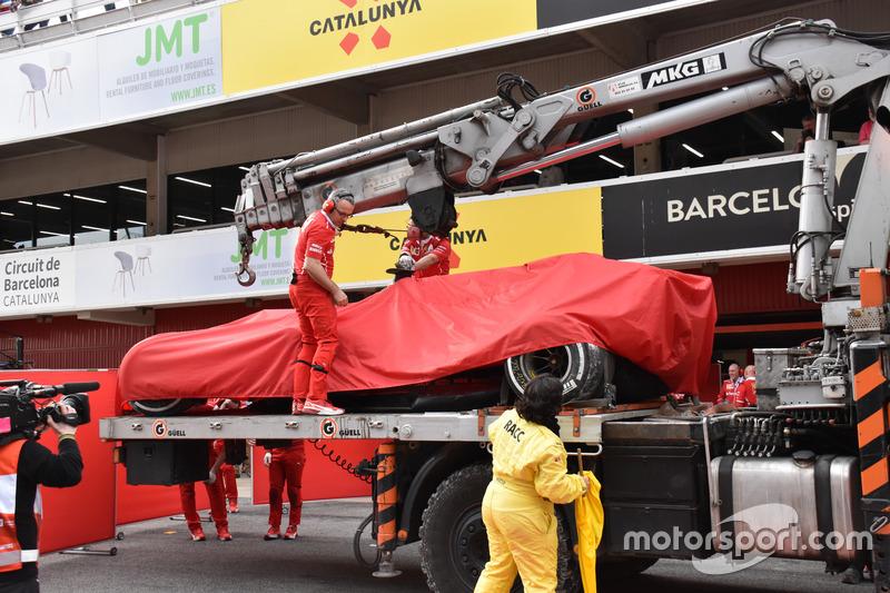 Ferrari SF70H Кими Райкконена увозят в боксы