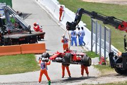 La voiture de Kimi Raikkonen, Ferrari SF70H est ramenée