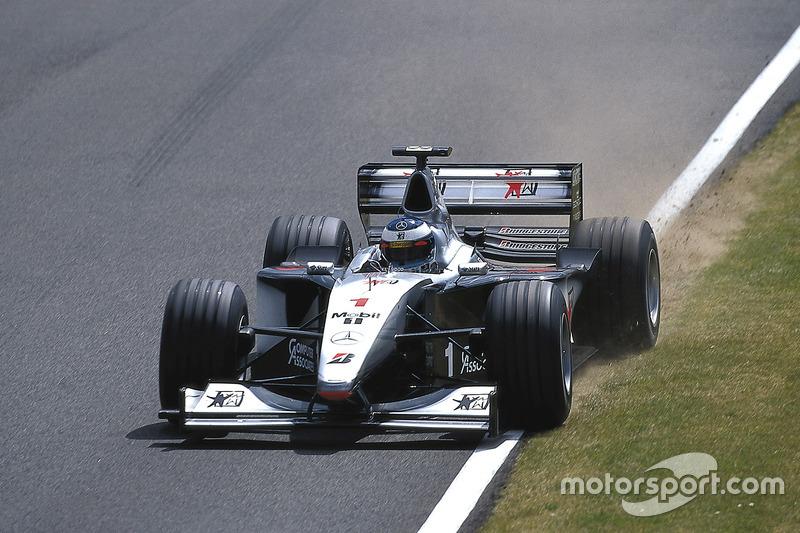 El finlandés inmediatamente regresó a boxes, donde se le instaló una nueva rueda. Hakkinen regresó a la carrera; después de unas vueltas se vio obligado a retirarse por razones de seguridad ya que el montaje de la rueda no estaba bien.