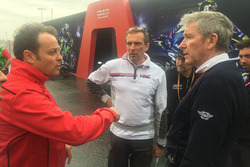 Emilio Alzamora, Livio Suppo, Mike Webb discutent des conditions de piste