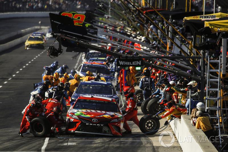 3. Kyle Busch, Joe Gibbs Racing Toyota pit stop
