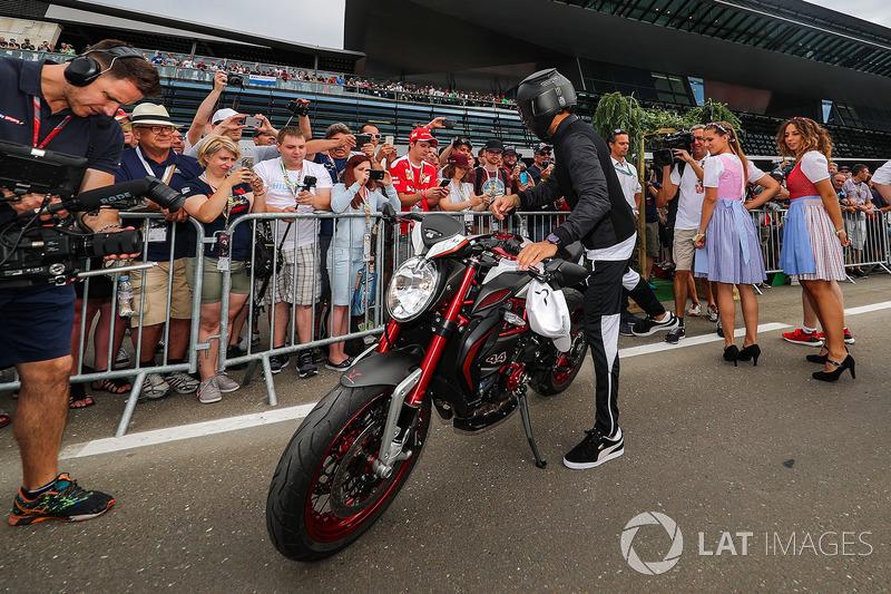 Льюіс Хемілтон, Mercedes AMG F1 на своєму байкуs MV Agusta Dragster RR LH44 Limited Edition