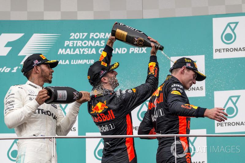 Льюіс Хемілтон, Mercedes AMG F1, переможець гонки Макс Ферстаппен, Red Bull Racing, та Даніель Ріккардо, Red Bull Racing, святкують на подіумі