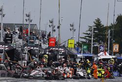 Will Power, Team Penske Chevrolet, Josef Newgarden, Team Penske Chevrolet, Helio Castroneves, Team Penske Chevrolet, Simon Pagenaud, Team Penske Chevrolet s'arrêtent aux stands
