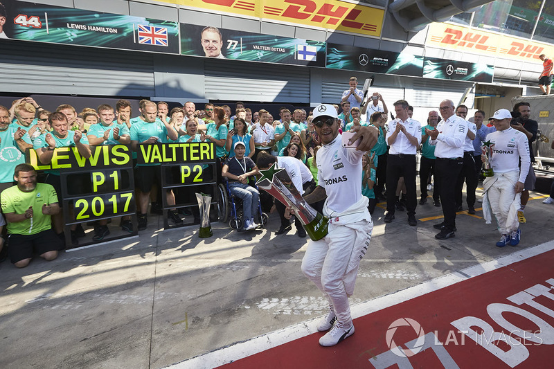 Race winner Lewis Hamilton, Mercedes AMG F1, celebrates victory, the Mercedes team
